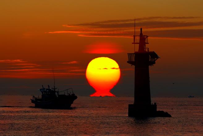일출_지구의 자전이 진행되면서 점차 태양의 윗부분이 수평선에 접하게 되고 마침내 태양이 수평선 위로 떠오르는 것을 일출이라고 한다. <출처: 기상청>