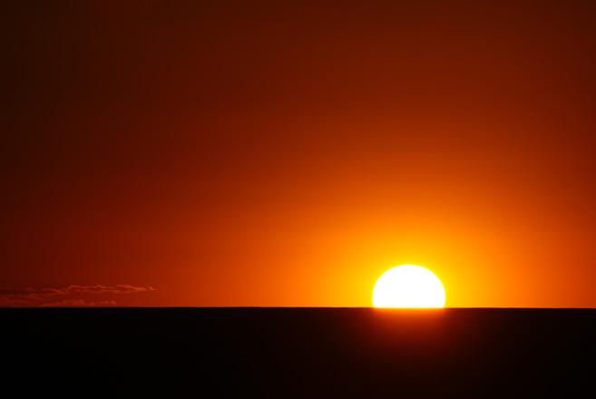 일출_지구의 자전이 진행되면서 점차 태양의 윗부분이 수평선에 접하게 되고 마침내 태양이 수평선 위로 떠오르는 것을 일출이라고 한다. <출처: sxc.hu>