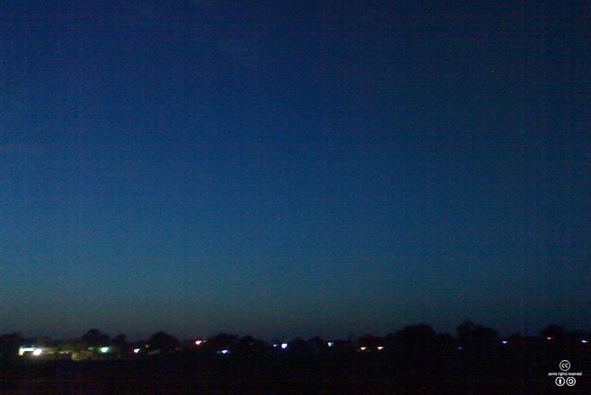저녁 박명_일몰 후에 하늘에 잠시 밝고 푸른빛이 남아 있는 상태 역시, 여명 후 일출 전의 상태와 같이, 박명이라 한다.    <출처: (CC)Coercorash at Wikipedia.org>